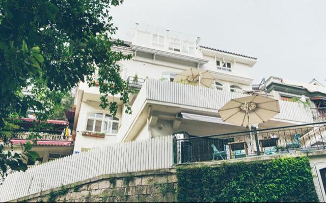 一个被绿植和花儿簇拥的家