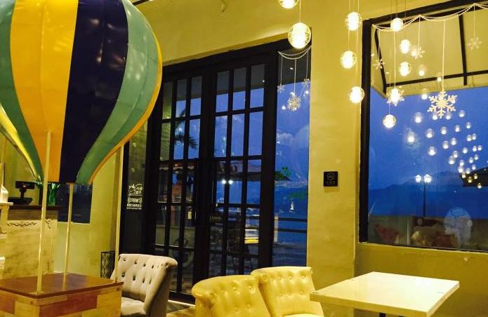 海边有家热气球咖啡馆