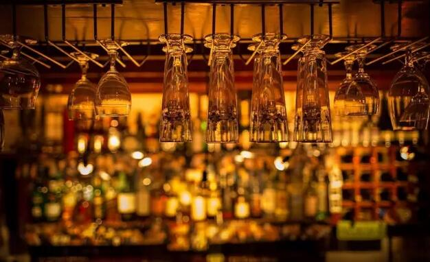 藏在冰箱门后的复古酒吧